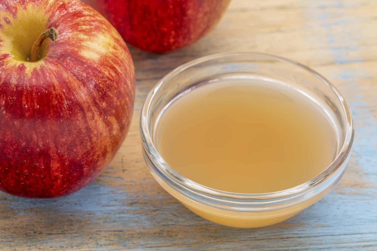 صورة تعاملى مع خل التفاح بحذر , اضرار خل التفاح للوجه